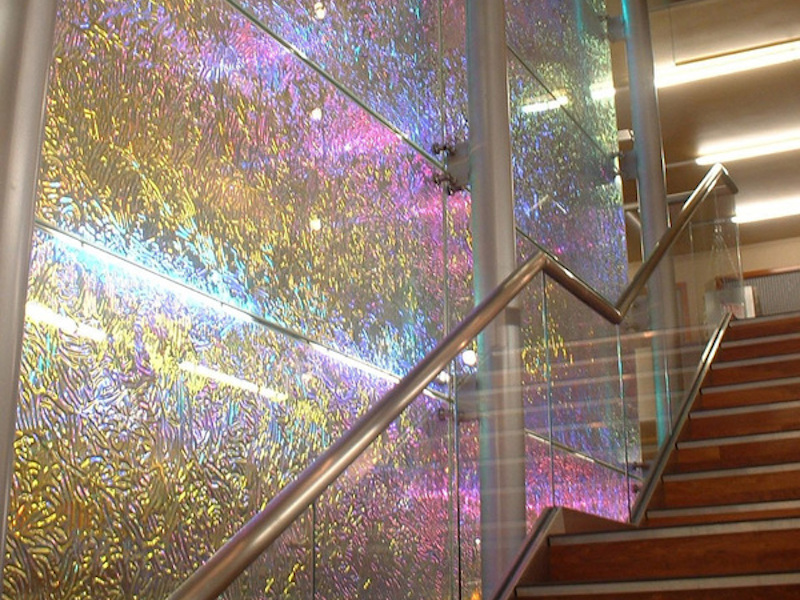 pleochroic glass wall design